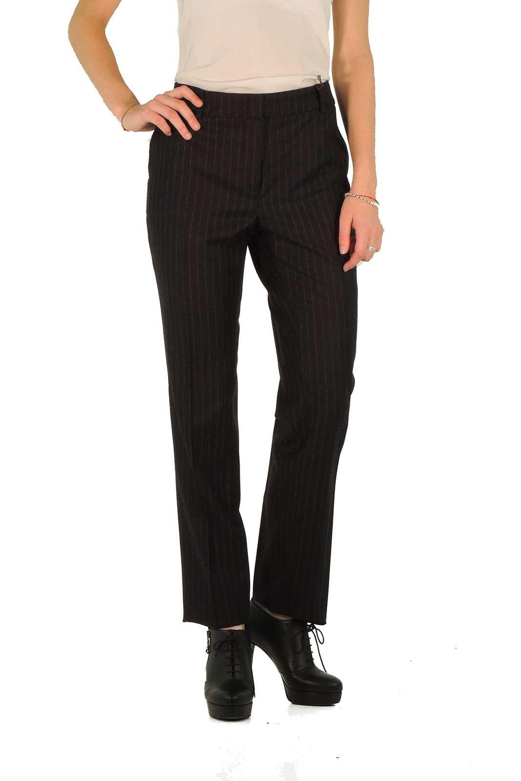 Pantalone in lana taglio chino, gessato, vita regolare, allacciatura con cerniera bottone e gancetto, gamba a tubo, piega centrale.