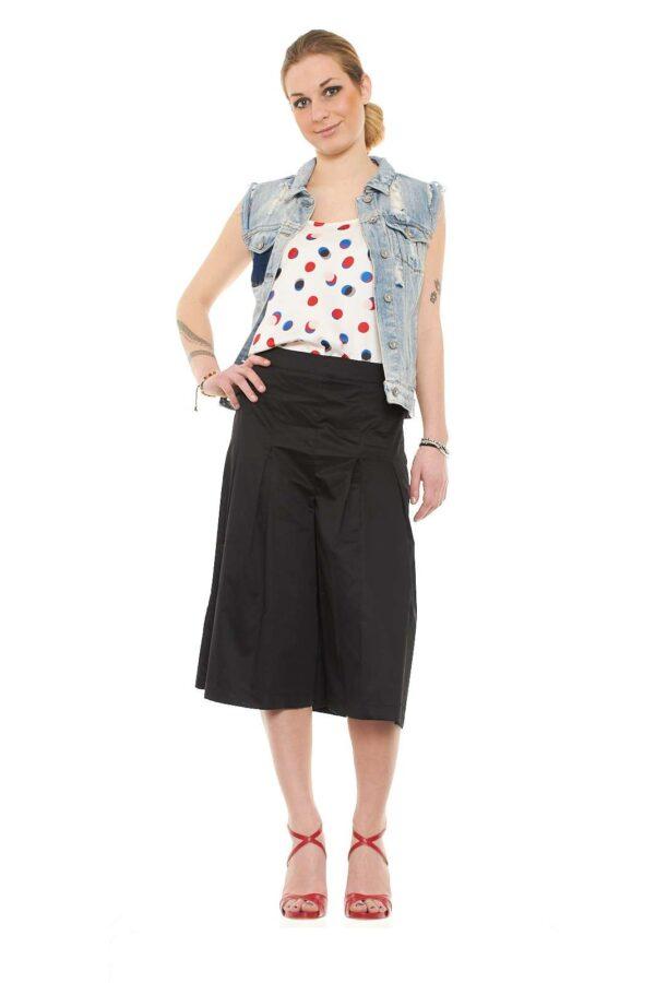 Pantalone al ginocchio, a campana, pinces anteriori, vita alta, allacciatura laterale con zip nascosta, vestibilità regolare.