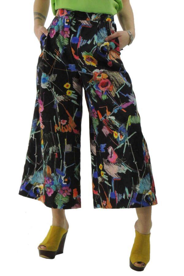 Pantalone cropped, vita alta, allacciatura con zip e bottone, tasche alla francese e posteriori con patta, pinces anteriori, fantasia floreale.