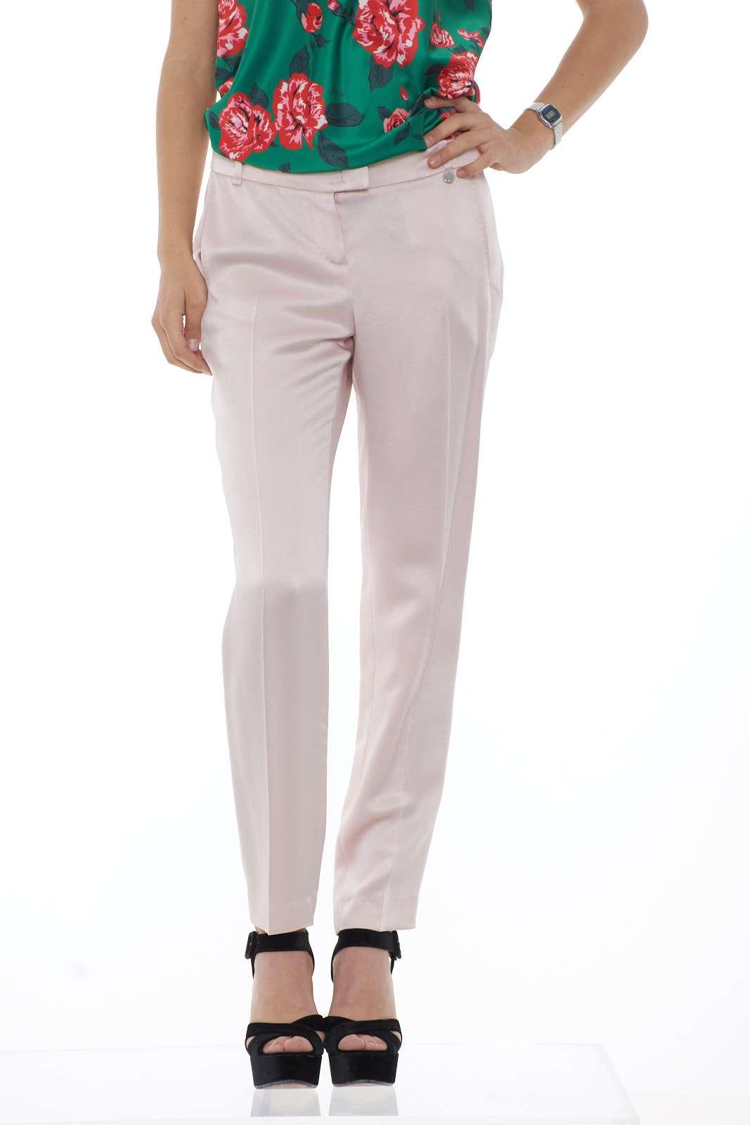 Chic ed elegante il pantalone in raso firmato Liu Jo. Per la donna che ama la cura del proprio outfit, con capi formali e femminili, da indossare con una giacca abbinata ed una blusa per un look davvero impeccabile. La modella è alta 1.68m e indossa la taglia 40.