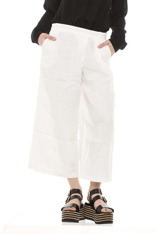 Pantalone cropped in lino, vita alta, allacciatura con zip laterale, tasche alla francese, pinces laterale, vestibilità regolare.
