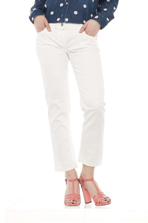 Pantalone in cotone, cinque tasche, lunghezza alla caviglia, allacciatura con cerniera e bottone, tasche posteriori ricamate in filo tono su tono, vita regolare, vestibilità regolare.