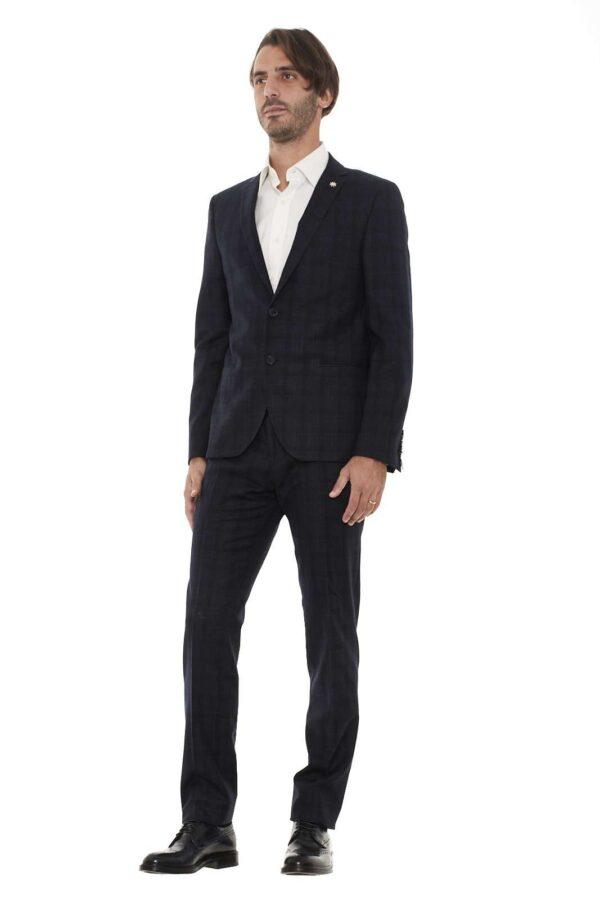 Questo abito Manuel Ritz della collezione Autunno/Inverno dal look classico ed elegante si adatta con stile ad ogni occasione, ed è l'ideale per essere sempre alla moda anche nei giorni invernali, grazie alla sua composizione in pura lana vergine al 100%.