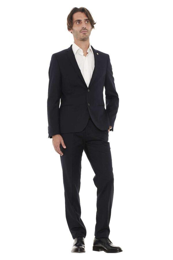 Questo abito Manuel Ritz della collezione Autunno/Inverno 2017/2018 è l'ideale per essere sempre alla moda anche nei giorni invernali. Il look elegante e rifinito si adatta alla perfezione sia ad occasioni importanti che informali.
