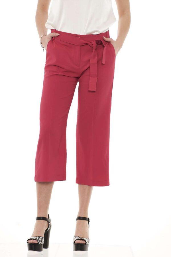 Un pantalone dal taglio culotte e lunghezza cropped, versatile e comodo dona un'aria chic in tutte le occasioni.