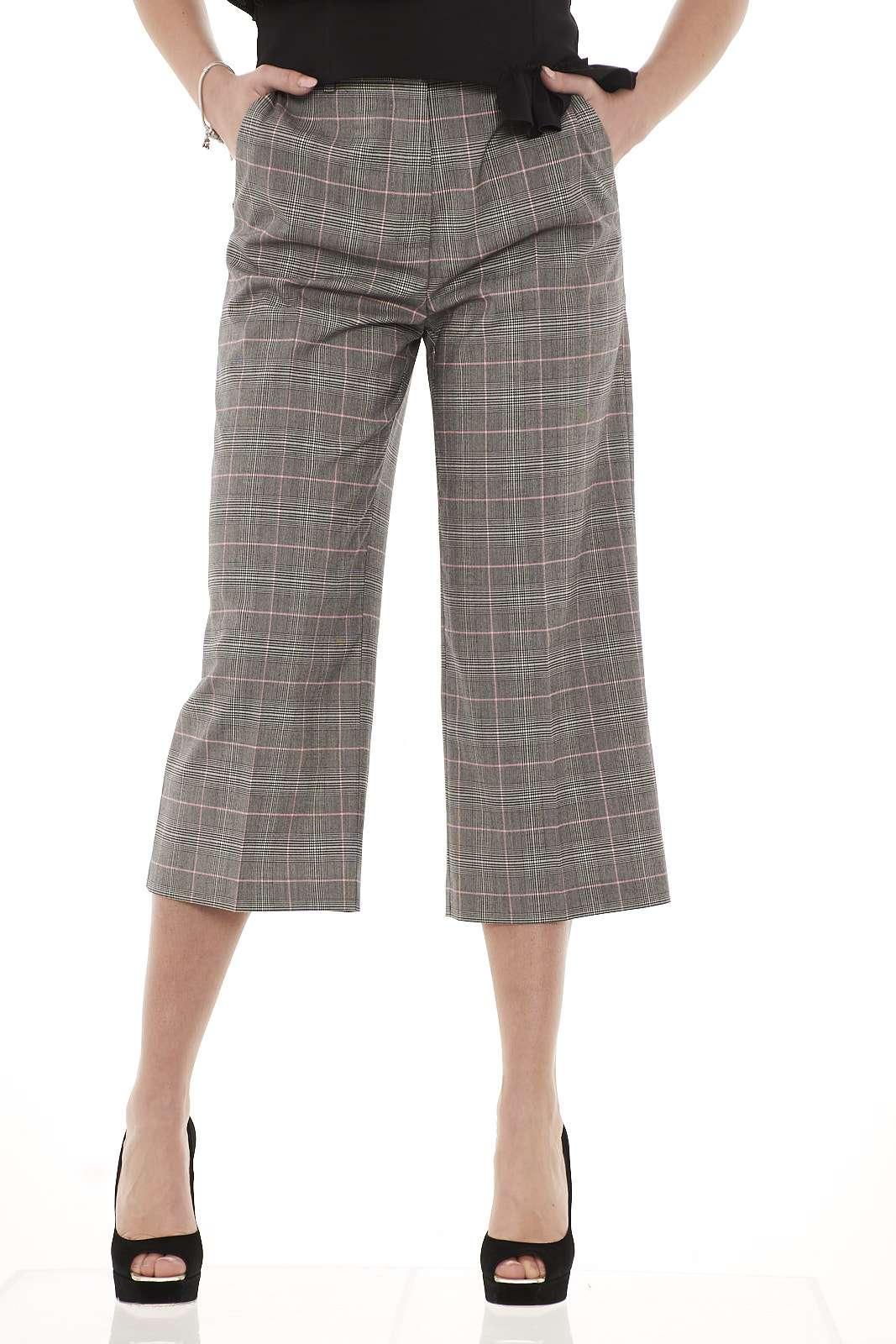 Aggiungete al vostro guardaroba autunnale questo pantalone a fantasia Principe di Galles proposto da Pinko. La riga colorata fluo intrecciata aggiorna la classica fantasia dal gusto britannico. Sarà l'ingrediente dei vostri outfit british di grande tendenza per questa stagione. La modella è alta 1.78m e indossa la taglia 42.