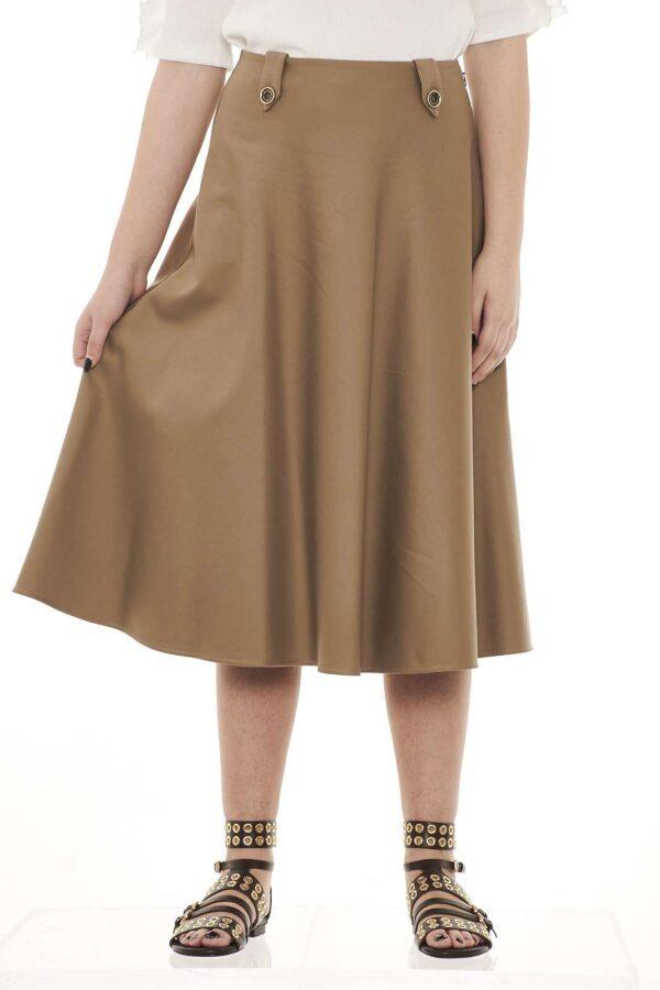 Una gonna estremamente femminile quella firmata Patrizia Pepe. La lunghezza midi e la delicatezza della linea la rende adatta anche alle occasioni più formali.