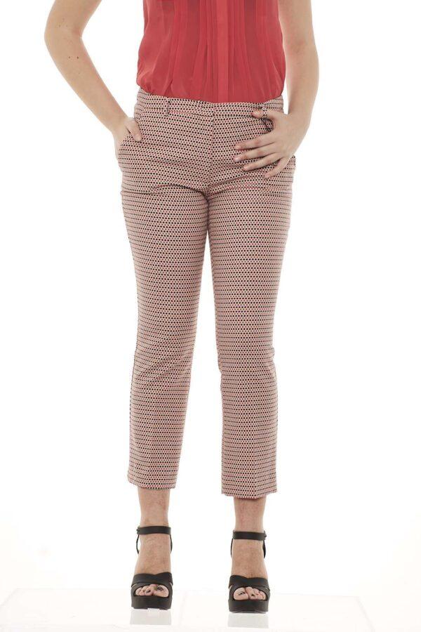 Grecia è il pantalone Max Mara in cotone armaturato perfetto per le tue giornate primaverili, per l'ufficio come per un weekend in città. La modella è alta 1.78m e indossa la taglia 42.