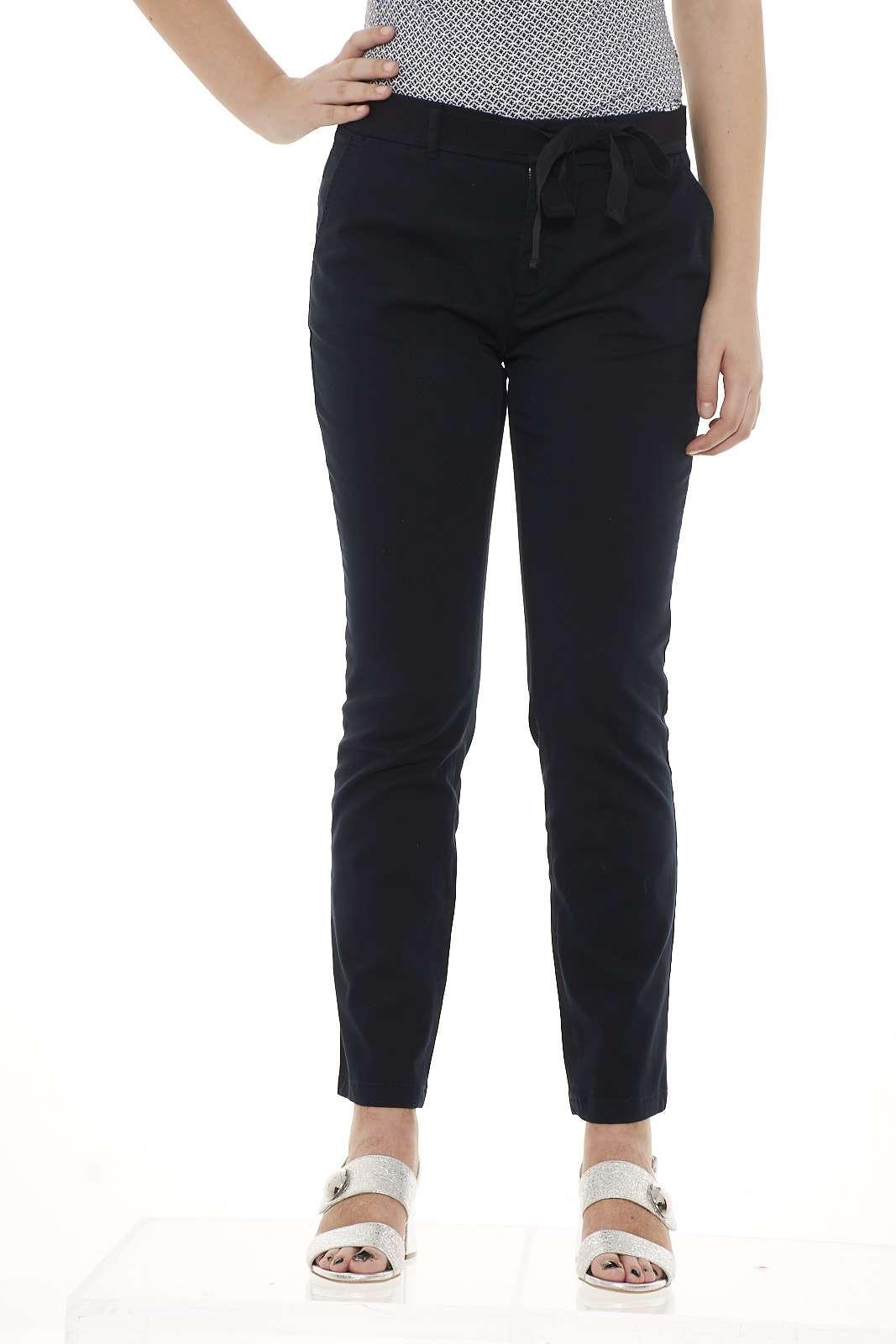 Audrey è il pantalone versatile per eccellenza della linea Max Mara, a sigaretta in gabardina stretch. La modella è alta 1.78m e indossa la taglia 42.