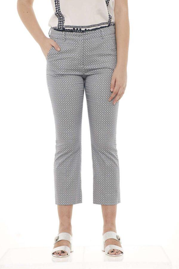 Il pantalone Neottia di Max Mara si caratterizza per il taglio cropped ed il raso di cotone stretch stampato, per le tue giornate estive. La modella è alta 1.78m e indossa la taglia 42.