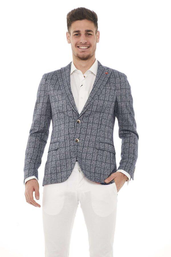 Classica ed intramontabile la giacca Manuel Ritz con collo reverse e spilla con logo. Per tutte le occasioni.