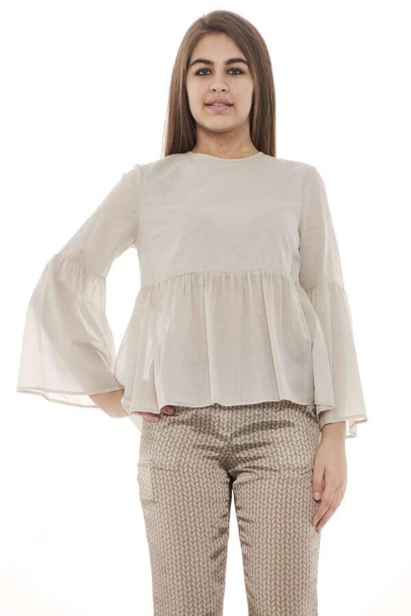 Una blusa raffinata e con il classico stile firmato Peserico. Ideale per occasioni più o meno formali, per outfit semplici ma con stile.  La modella è alta 1.78m e indossa la taglia 42.