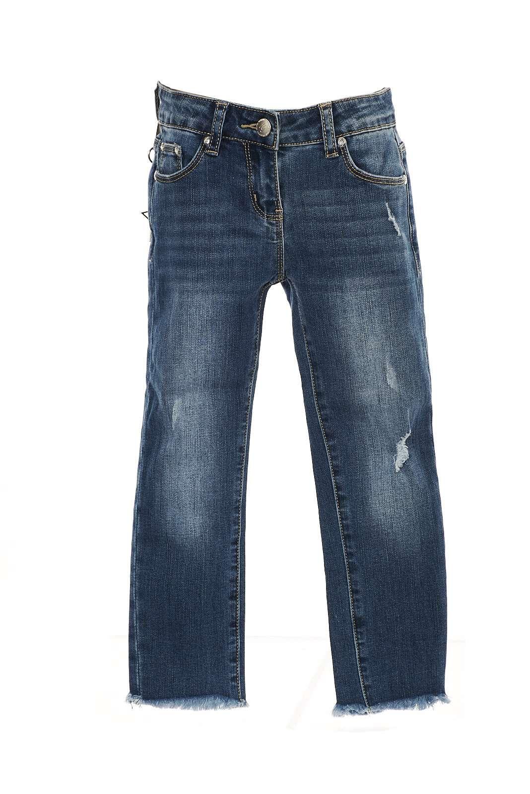Il jeans Gaialuna dalla linea slim con piccole usure e leggere sfumature, con bordi sfrangiati abbinabile con qualsiasi t shirt o maglia.