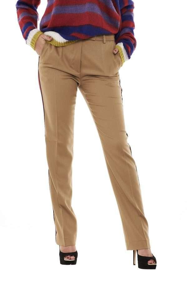 Pantaloni dal carattere casual quelli firmati Pinko. Il tessuto in lana lo rende caldo e ideale nella stagione più fredda. Ideale da indossare in ogni occasione, le bande laterali colorate regalano un tocco di luce.