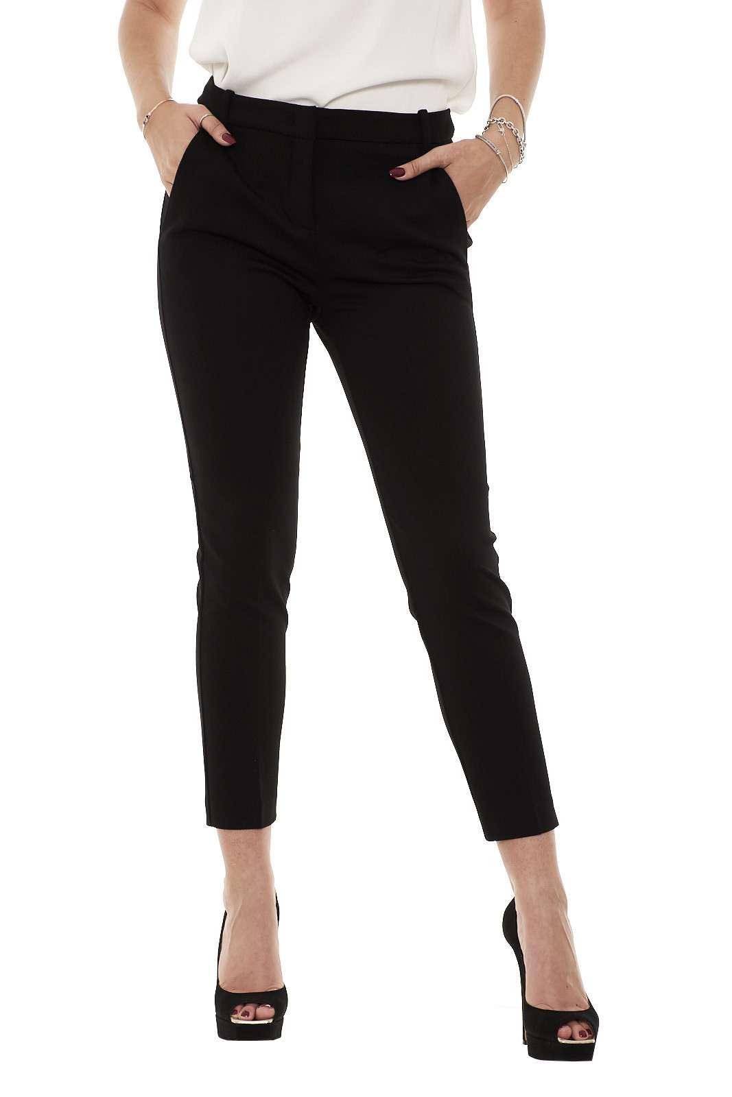 Ideali per le occasioni più formali, i nuovi pantaloni firmati Pinko si caratterizzano per classe e comodità. Il tessuto in punto stoffa li rende confortevole, mentre il taglio chino dona quel tocco di classe. Ideali per le occasioni più importanti, da abbinare con un tacco alto o con un mocassino.