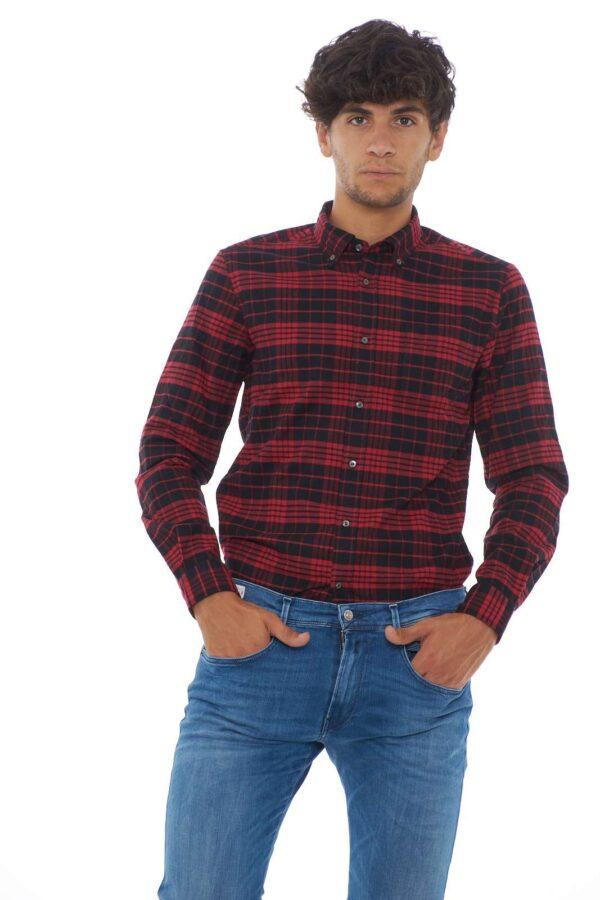 La classica camicia uomo proposta da Woolrich si veste di nuovi colori. La fantasia a scacchi ben si sposa con il caldo tessuto in flanella. Il collo botton down, casual per eccellenza, rifinisce lo stile. Ideale per le occasioni più informali. Il modello è alto 1.80 e indossa la taglia L