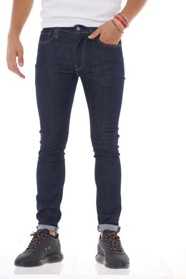Scopri i nuovi 519 firmati Levis, un taglio ancora più aderente per esprimere al meglio la propria silhouette. Per l'uomo che ama indossare un jeans a vita bassa estremamente confortevole. Da indossare con ogni tipo di look per essere sempre perfetti. Il modello è alto 1.85 e indossa la taglia W31 L32