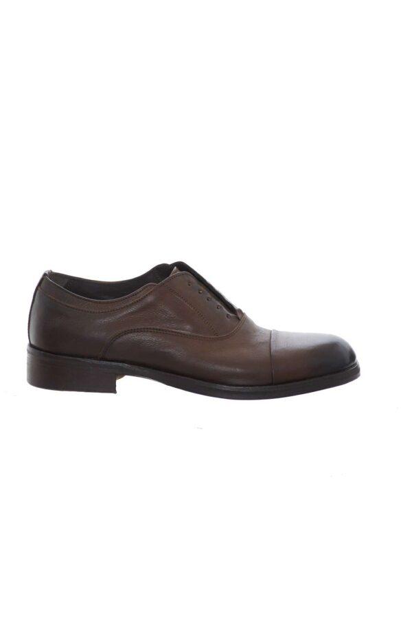Scopri le nuove scarpe oxford uomo in pelle firmate Florsheim. Ideali per le occasioni formali, si possono indossare anche con abiti. Il fondo parzialmente gommato la rende un antiscivolo perfetto.