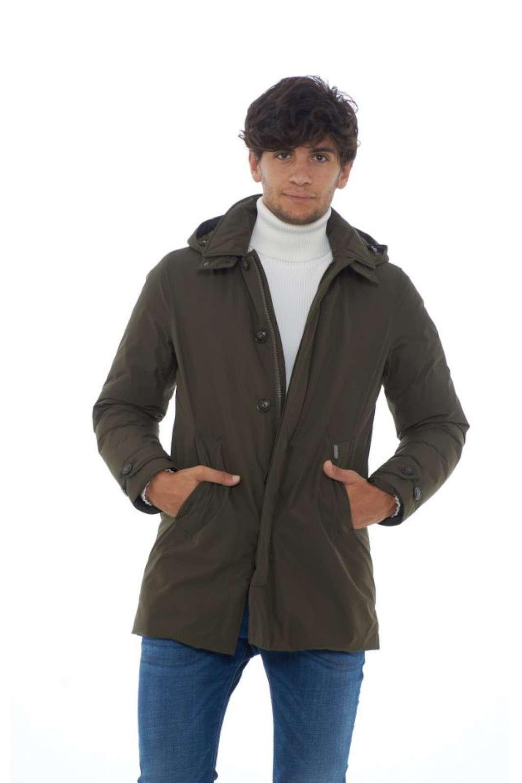 Un giaccone comodo e ideato perla vita urbana quello firmato Woolrich. Il taglio lo rende elegante e studiato anche per le occasioni più formali. L'imbottitura in piumino permette di rimanere caldi anche nelle più fredde giornate invernali. Il modello è alto 1.90 e indossa la taglia L