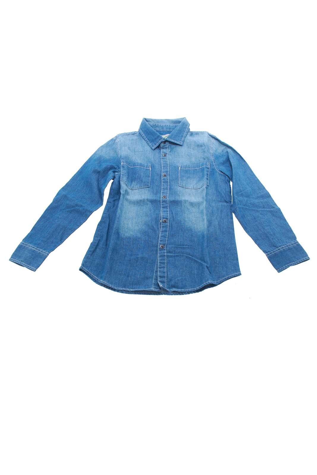Camicia in denim con leggere sfumature più chiare. Da portare anche aperta con una t shirt sotto abbinata.