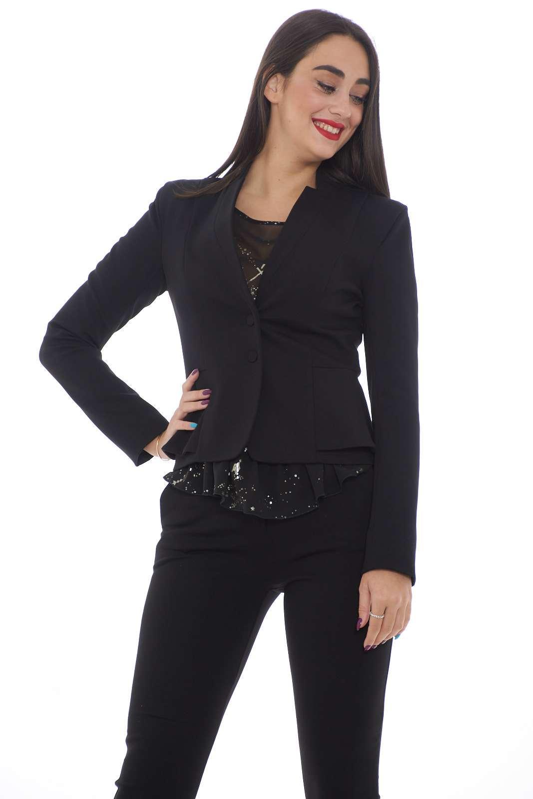 Una giacca super slim in misto viscosa stretch per la nuova collezione Patrizia Pepe. Da abbinare ad ogni tipo di outfit, si presta sia ad abbinamenti casual che più formali. Un capo evergreen rivisitato in chiave moderna.  La modella è alta 1.80 e indossa la taglia 42