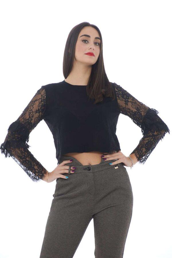 Una maglia crop dall'eleganza raffinata quella firmata Patrizia Pepe. I dettagli in pizzo e la chiusura posteriore con logo fly la caratterizzano. Perfetta con un pantalone a vita alta completa ogni glamour look.  La modella è alta 1.80 e indossa la taglia 1