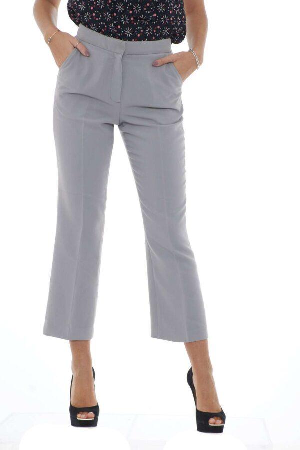Un pantalone in morbido tessuto crepe quello firmato Emporio Armani. Ideale per le giornate invernali, si abbina sia con outfit eleganti che look urbani. Un must have di stagione per la donna che ama un pantalone classico visto con uno spirito moderno. La modella è alta 1.80 e indossa la taglia 42