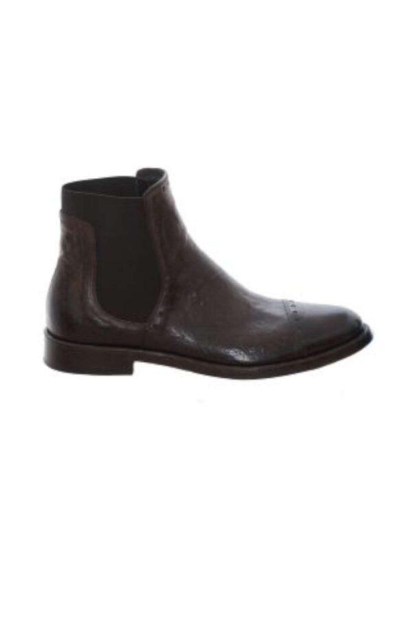 La classe e l'eleganza dello stivaletto chelsea firmato Corvari. La tomaia in pelle rende ancora più elegante questa scarpa, per l'uomo che ama curare il proprio outfit con lo stile e il brand Corvari.