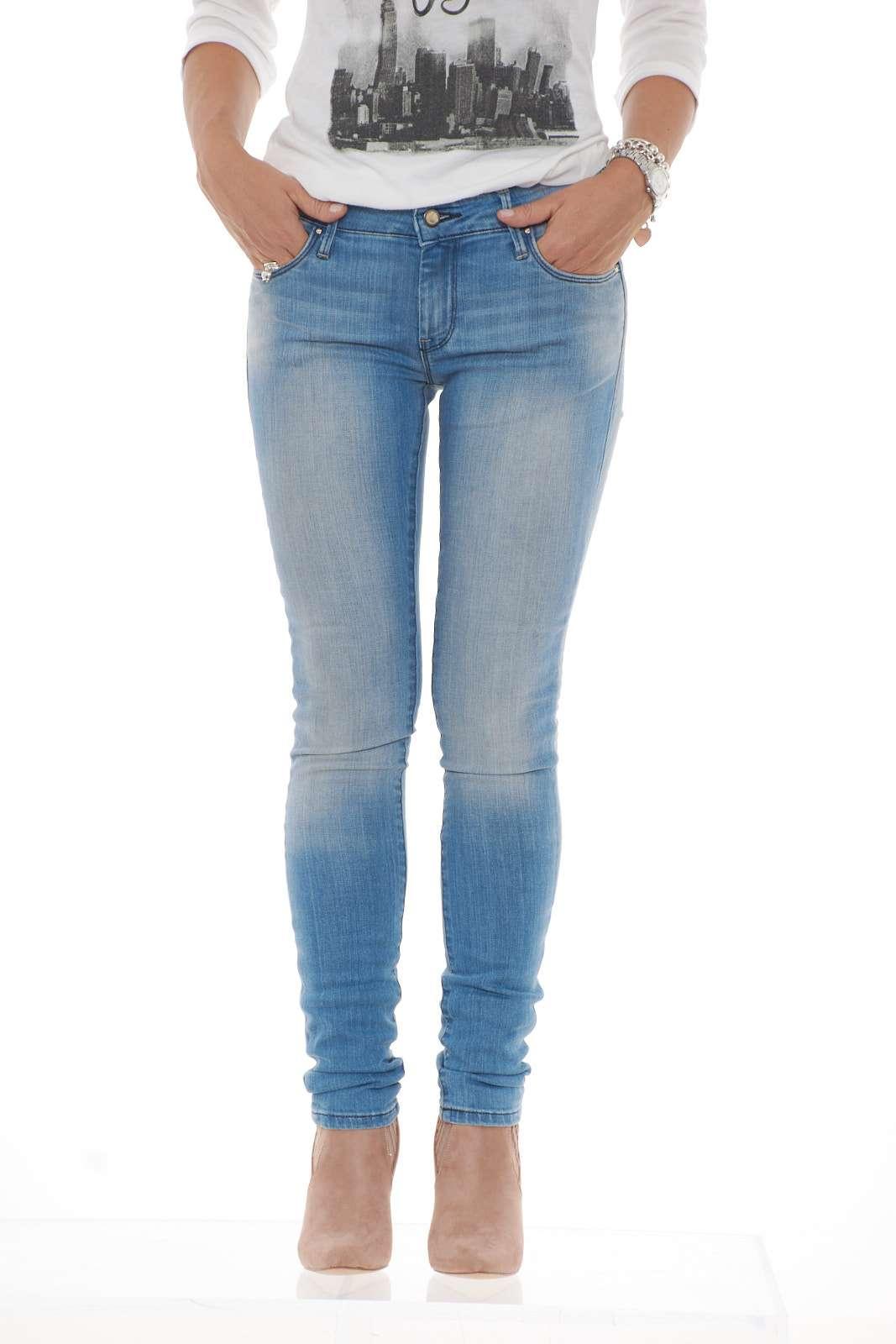 Un denim da tutti i giorni, semplice ed essenziale proposto da Calvin Klein. Il lavaggio chiaro e la vestibilità skinny mettono in risalto la silhouette per un look giovanile e sempre attuale.