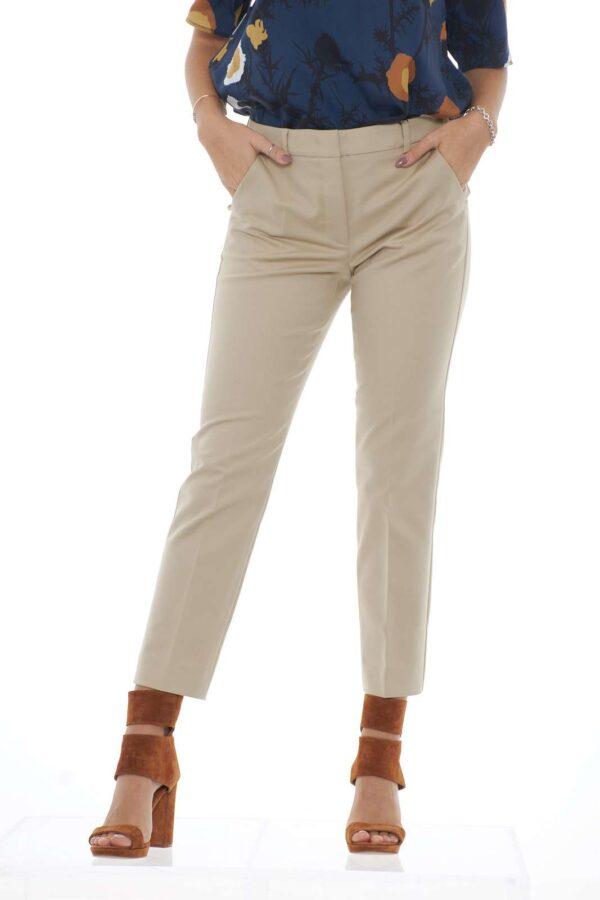 Un pantalone comodo e ricco di stile quello proposto dalla collezione autunno inverno Weekend MaxMara. La vestibilità stretch si sposa con il taglio a sigaretta. Da indossare nelle occasioni più formali, si adatta sia a giacche che a maglie. La modella è alta 1.80 e indossa la taglia 40