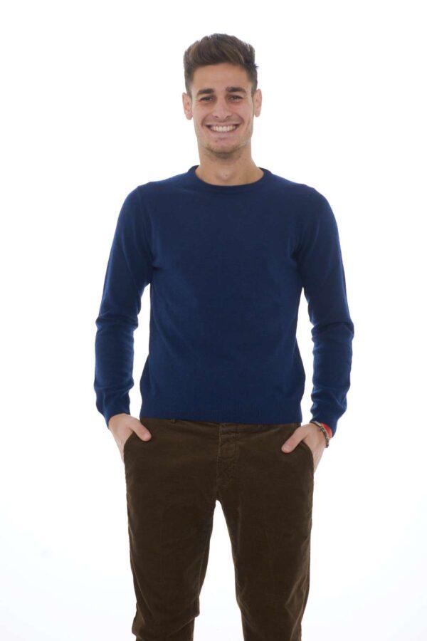 Un maglioncino che nella sua semplicità garantisce un look classico e formale, perfetto per le occasioni più disparate. Ideale da abbinare ad una camicia per un outfit impeccabile, elegante ma senza eccedere. Per l'uomo che ama curare il proprio stile con cura e semplicità. Il modello è alto 1.85m e indossa la taglia 48.
