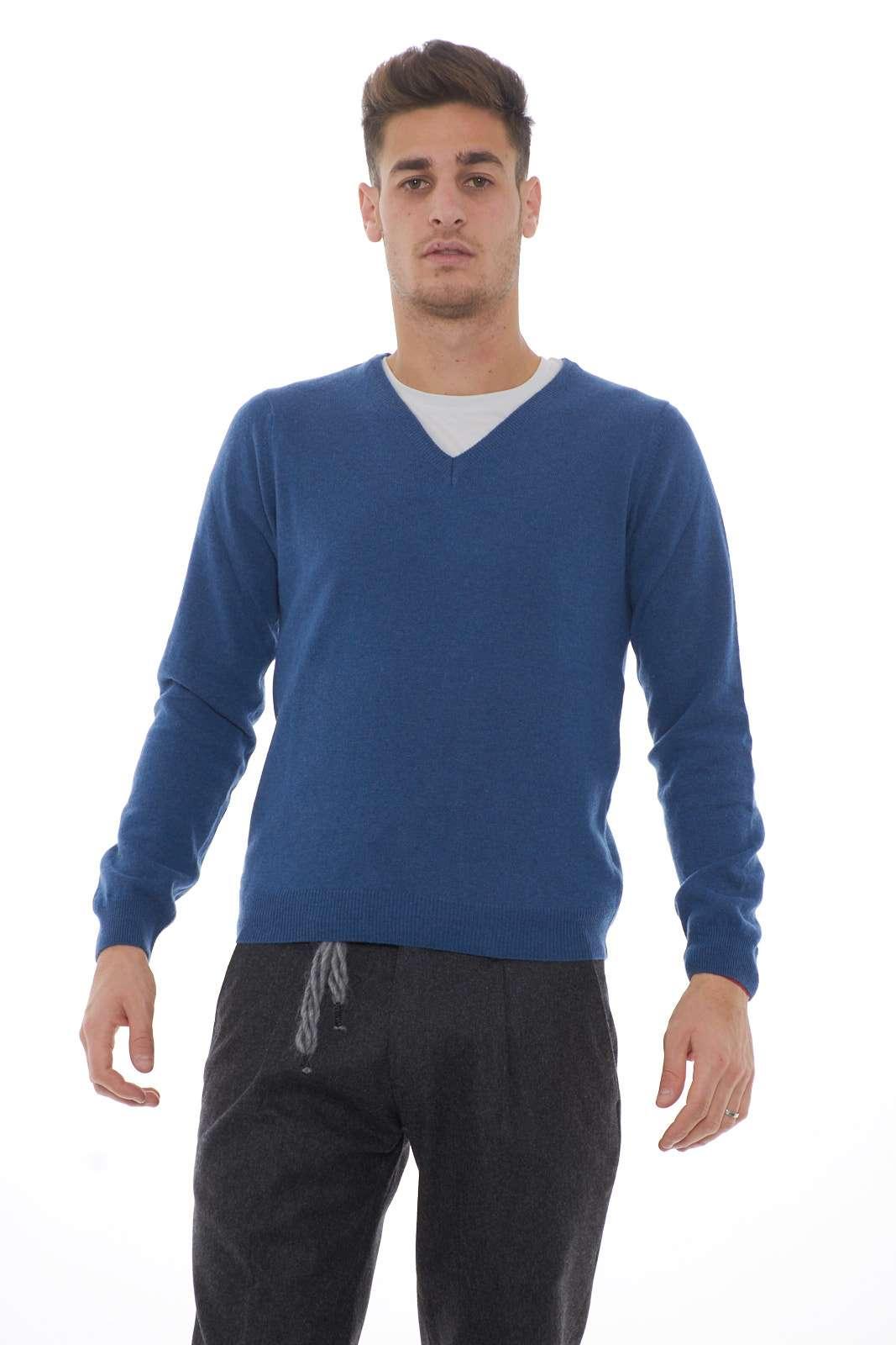 Per chi ama lo stile unito alla semplicità. Il classico maglioncino con scollo a V, perfetto da abbinare ad una camicia per le occasioni più importanti o ad una t-shirt per un look più casual.
