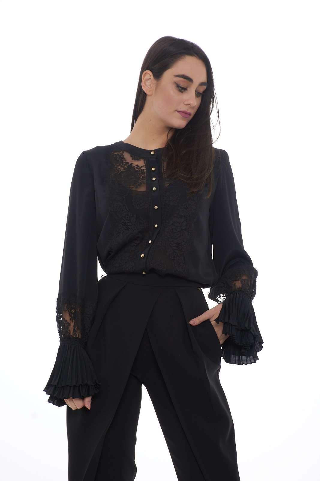 Una camicia chic e raffinata, con la prestigiosa firma di Maria Grazia Severi. Da sfoggiare per le occasioni speciali, per outfit eleganti e fashion. Un tocco unico per il tuo look.  La modella è alta 1.80m e indossa la taglia 42.