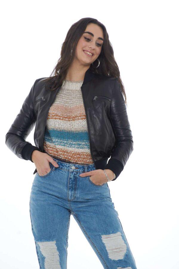 Una giacca moderna e giovanile firmata GianMarco Castelli. Realizzata al 100% in pura pelle, sarà l'ideale per donare al tuo outfit un tocco casual. Perfetta per ogni occasione, da abbinare ad una blusa, una maglia o anche una camicia per uno stile davvero fashion. La modella è alta 1.80m e indossa la taglia 42.