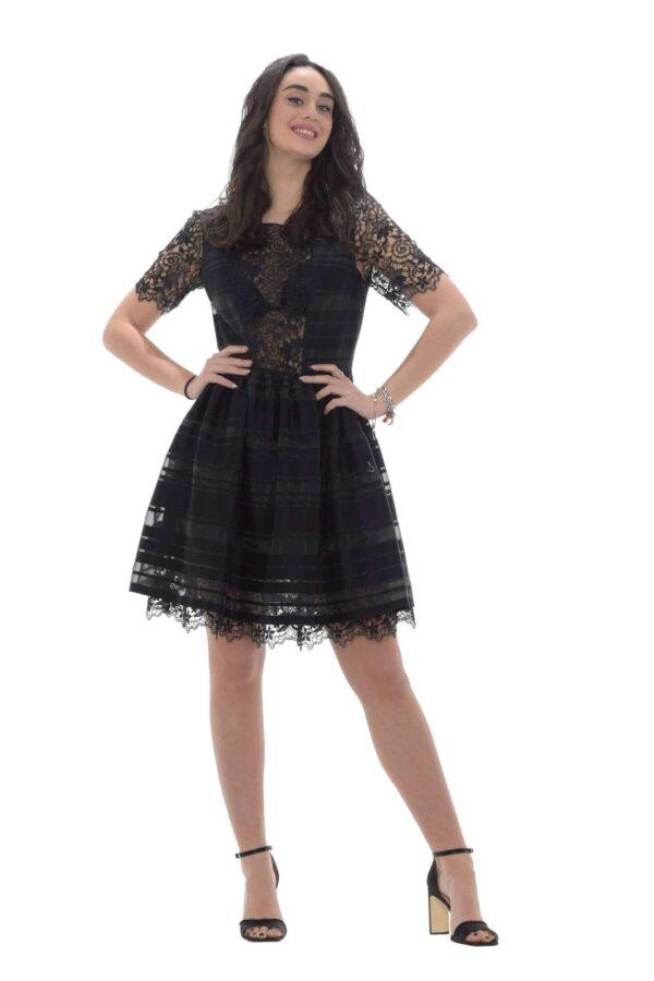 Un abito dal gusto elegante quello firmato Blugirl. Ideale per le occasioni più formali conquista per il connubio tra organza e pizzo. Con un sandalo colorato vive un'armonia di contrasti propria.  La modella è alta 1.78 e indossa la taglia 42