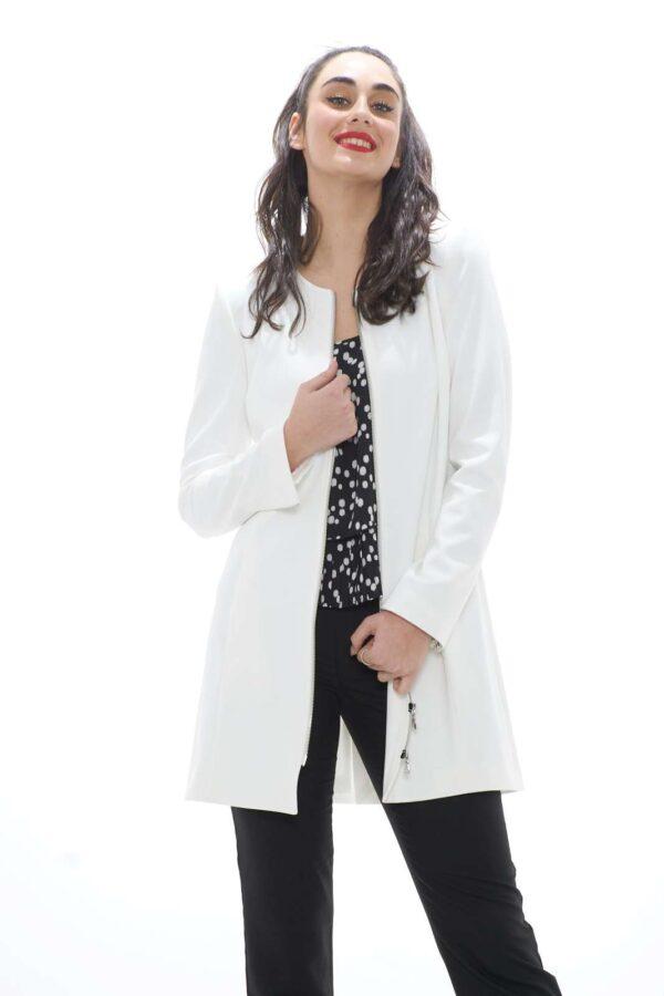 Elegante e versatile il nuovo cappotto donna proposto dalla collezione primavera estate Patrizia Pepe. Il taglio regalare e i semplici dettagli, lo rendono perfetto per ogni occasione. La zip per chiudere e gli spacchetti sulle maniche lo caratterizzano, rendendolo un capo essential. La modella è alta 1.78 e indossa la taglia 42