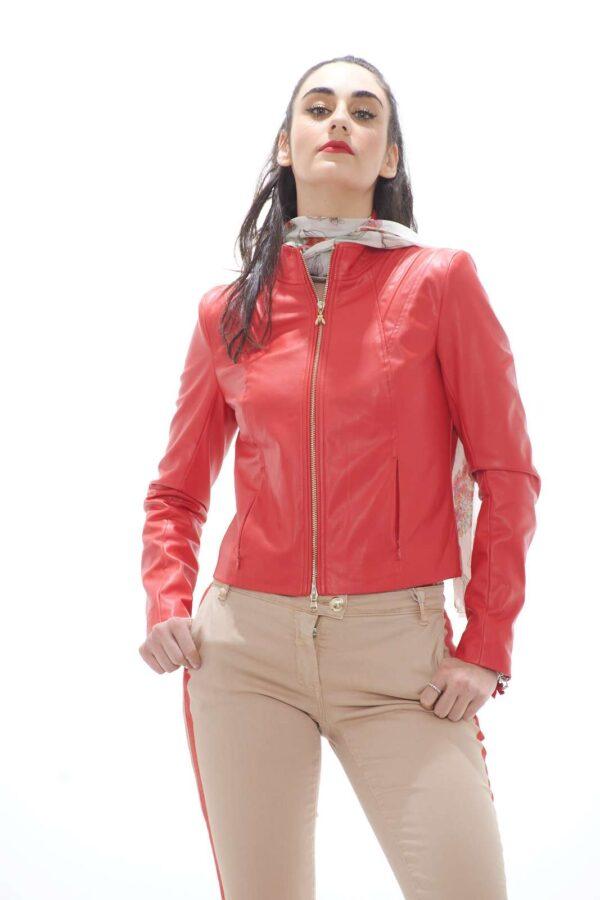 Como do, elegante e versatile il chiodo donna firmato Patrizia Pepe. La linea semplice è arricchita dai dettagli tipici del brand, come la chiusura oro con logo fly. Da indossare in tutte le occasione, è un evergreen dei giubbini in pelle sintetica. La modella è alta 1.78 e indossa la taglia 42