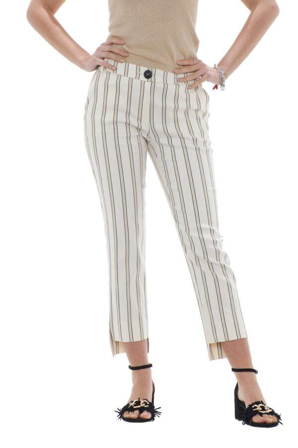 Cool il nuovo pantalone donna firmato Patrizia Pepe. La vestibilità slim è rifinita da un'elegante fantasia rigata e dal classico taglio chino. Il fondo asimmetrico lo rende particolare e indicato da indossare con ogni tipo di scarpa. La modella è alta 1.78 e indossa la taglia 42