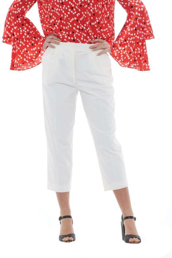 Scopri il nuovo pantalone dal taglio cropped firmato Patrizia Pepe. Ideale sia per le occasioni importanti con l'ausilio di un tacco che per le occasioni casual con degli anfibi. Un capo passe partout che si lascia ispirare dal gusto contemporaneo. La modella è alta 1.78 e indossa la taglia 42