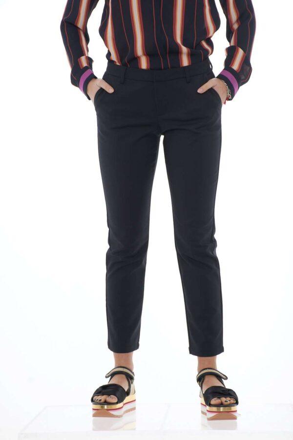 Scopri il classico pantalone taglio chino firmato Silvian Heach. Il pratico cotone stretch lo rende comodo e versatile. Da indossare con un top o una camicia diventa un perfetto capo per l'ufficio. Con un paio di tacchi alti, l'eleganza è assicurata. La modella è alta 1.80 e indossa la taglia 40