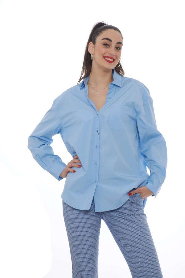 Una camicia dalla vestibilità oversize quella proposta dalla collezione Weekend MaxMara. L'apertura al collo la rende estremamente femminile e sensuale. Da indossare per le occasioni quotidiane conquista per il suo taglio classico. La modella è alta 1.78 e indossa la taglia 42