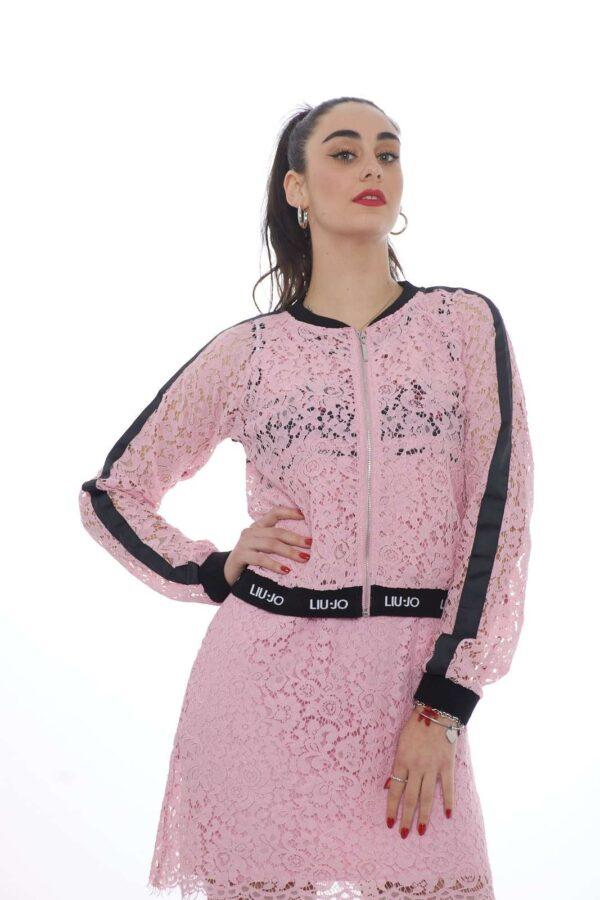 Una felpa da indossare in tutte le occasioni quella proposta da Liu Jo Sport. Da indossare anche come giubbino, conquista per il suo pizzo macramè e le rifiniture in maglia. La scritta posteriore in paillettes la caratterizza per un outfit fashion. La modella è alta 1.78 e indossa la taglia S
