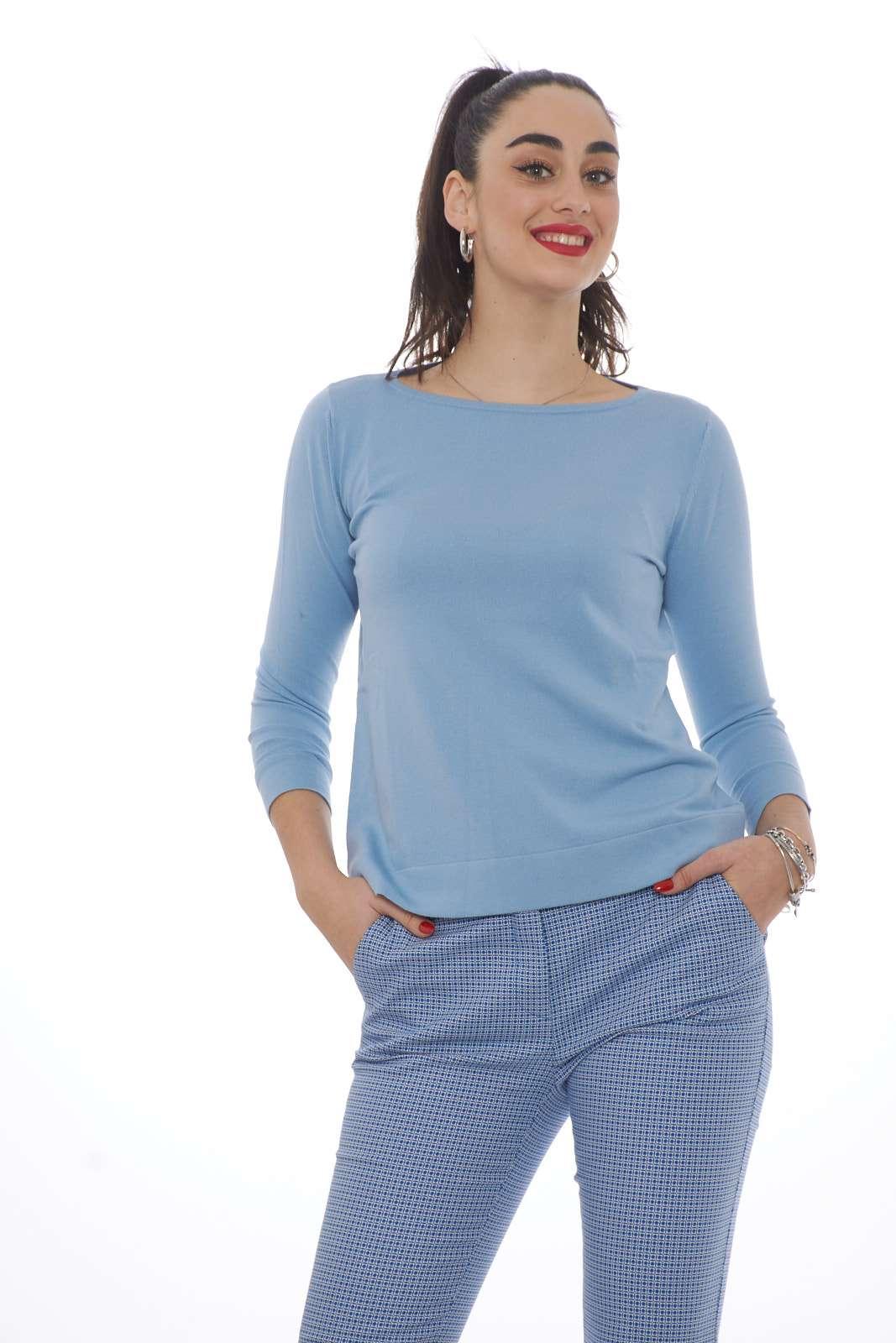 Comoda e perfetta per un look quotidiano, la maglia donna firmata Weekend MaxMara ci conquista per il suo stile lineare. Il morbido tessuto in jersey di viscosa è esaltato da un taglio morbido. Lo scollo tondo e le maniche sette ottavi la rendono unica.  La modella è alta 1.78 e indossa la taglia S