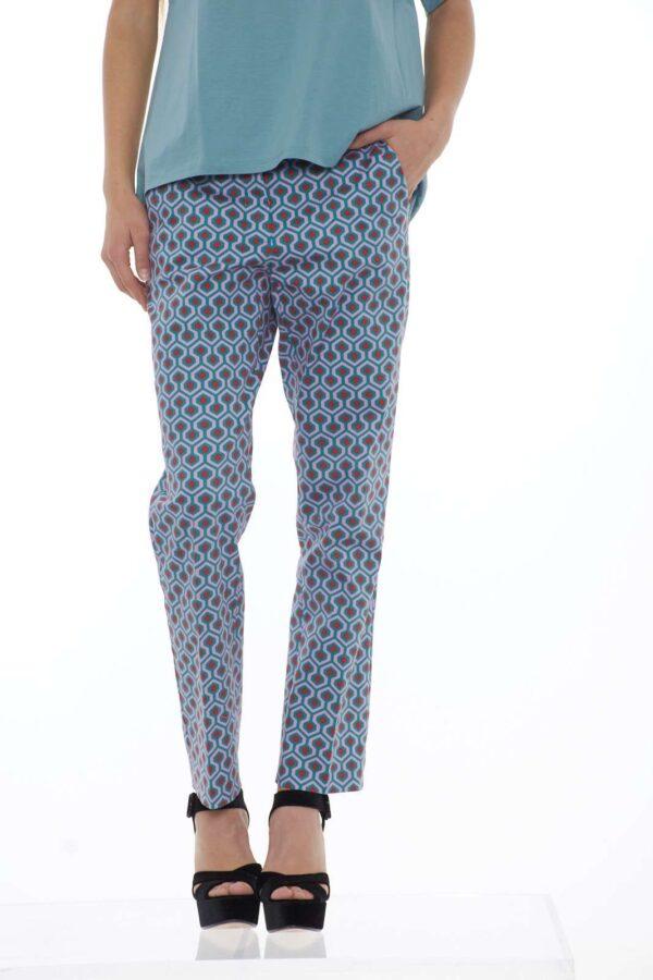 Comodo e colorato il pantalone donna Weekend MaxMara si ispira alla stagione primavera estate. Il taglio classico è reso femminile dalla fantasia geometrica multcolore. Il taglio a sigaretta e la vestibilità slim lo rendono perfetto ad ogni occasione. La modella è alta 1.78 e indossa la taglia 42