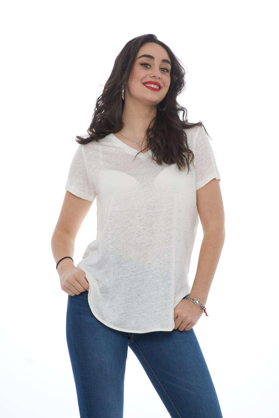 Una blusa dal tocco casual quella proposta da Weekend MaxMra. Il tessuto in lino si caratterizza per stile e comfort. Un essential per gli outfit quotidiani. La modella è alta 1.78 e indossa la taglia S