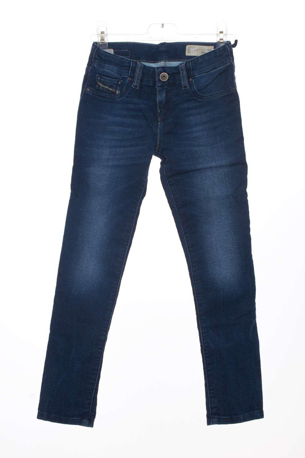 Classico Jeans con leggere sfumature dal taglio slim per essere sempre alla moda.