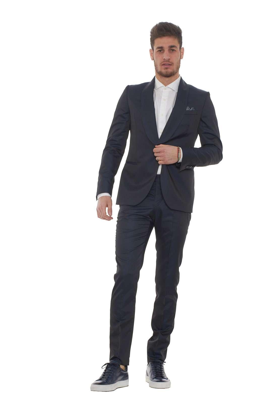 Un eleganza classica firmata Manuel Ritz. Un abito realizzato per l'uomo che ama la classe e l' eleganza uniti tra loro per outfit unici. L'ideale per le tuo occasioni speciali. Il modello è alto 1.80m e indossa la taglia 48.