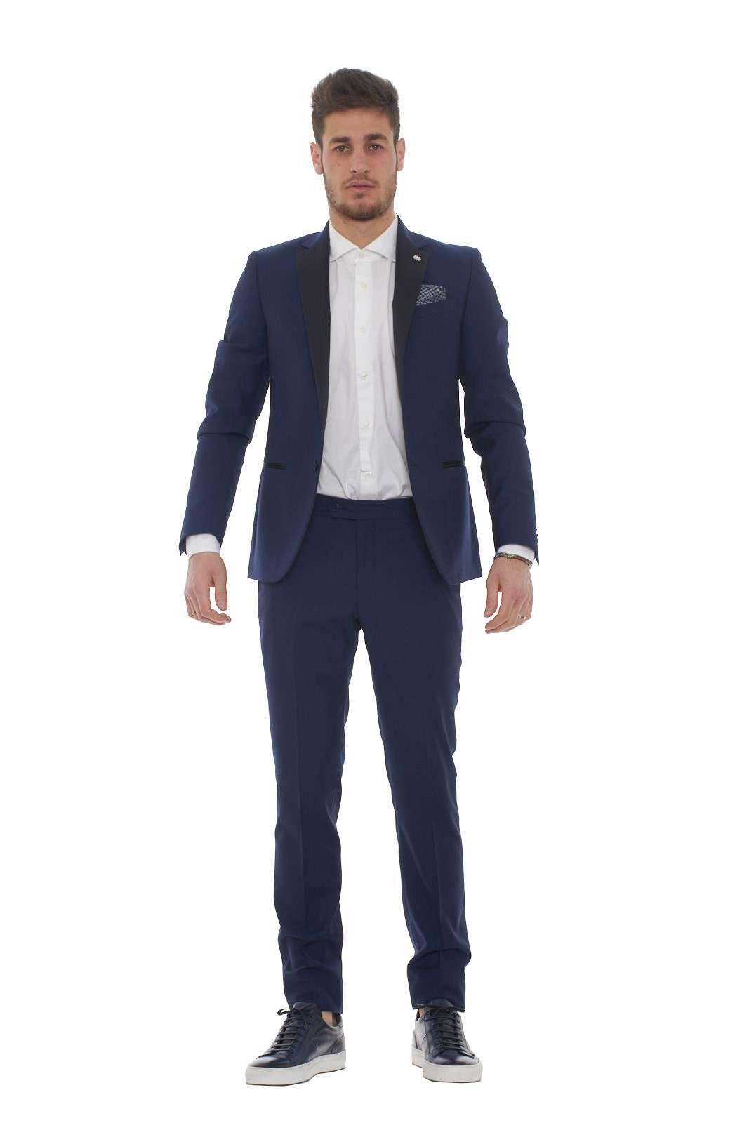 Un abito per le occasioni che richiedono un look speciale, dove non si può lasciare nulla al caso. Questo abito firmato Manuel Ritz è icona di stile ed eleganza, i dettagli in raso arricchiscono un capo che non ha bisogno di presentazioni. Per l'uomo che ama curare il proprio outfit fino al minimo dettaglio. Il modello è alto 1.80m e indossa la taglia 48.