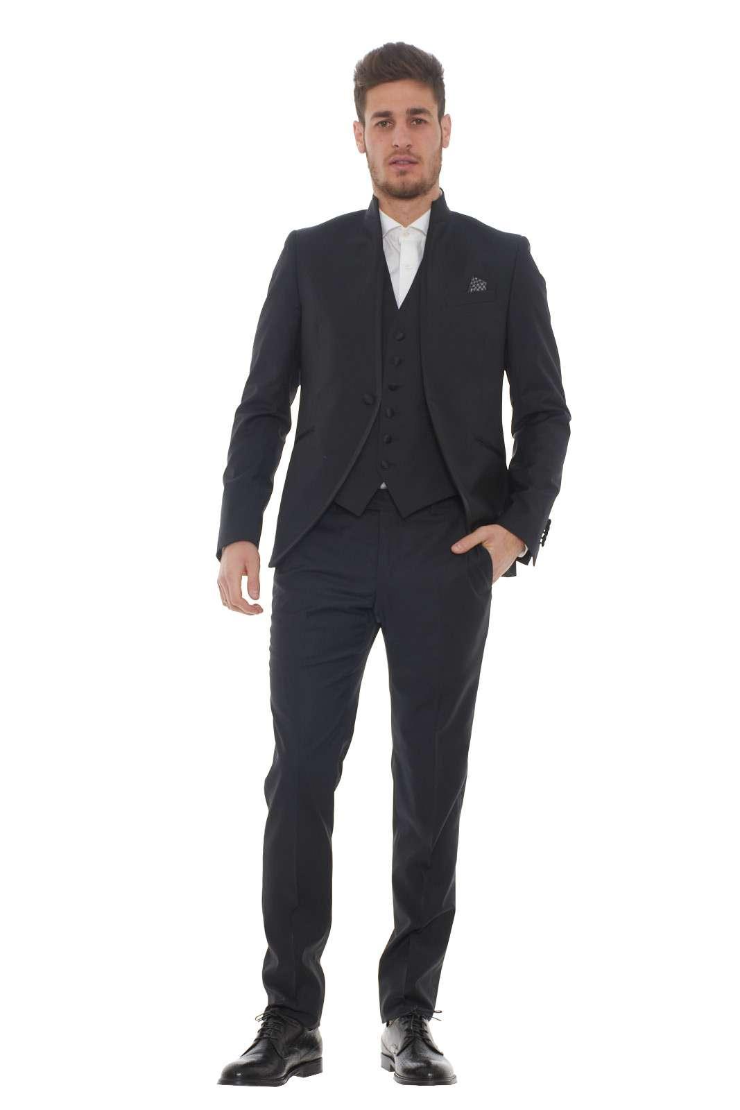 Un abito dall'eleganza di altri tempi questo firmato Manuel Ritz. Il gilet incluso dona un tocco classico, ad un capo che segue un look formale e giovanile come abitudine del marchio. Ogni dettaglio è curato, niente viene lasciato al caso, per una garanzia di stile. Il modello è alto 1.80m e indossa la taglia 48.