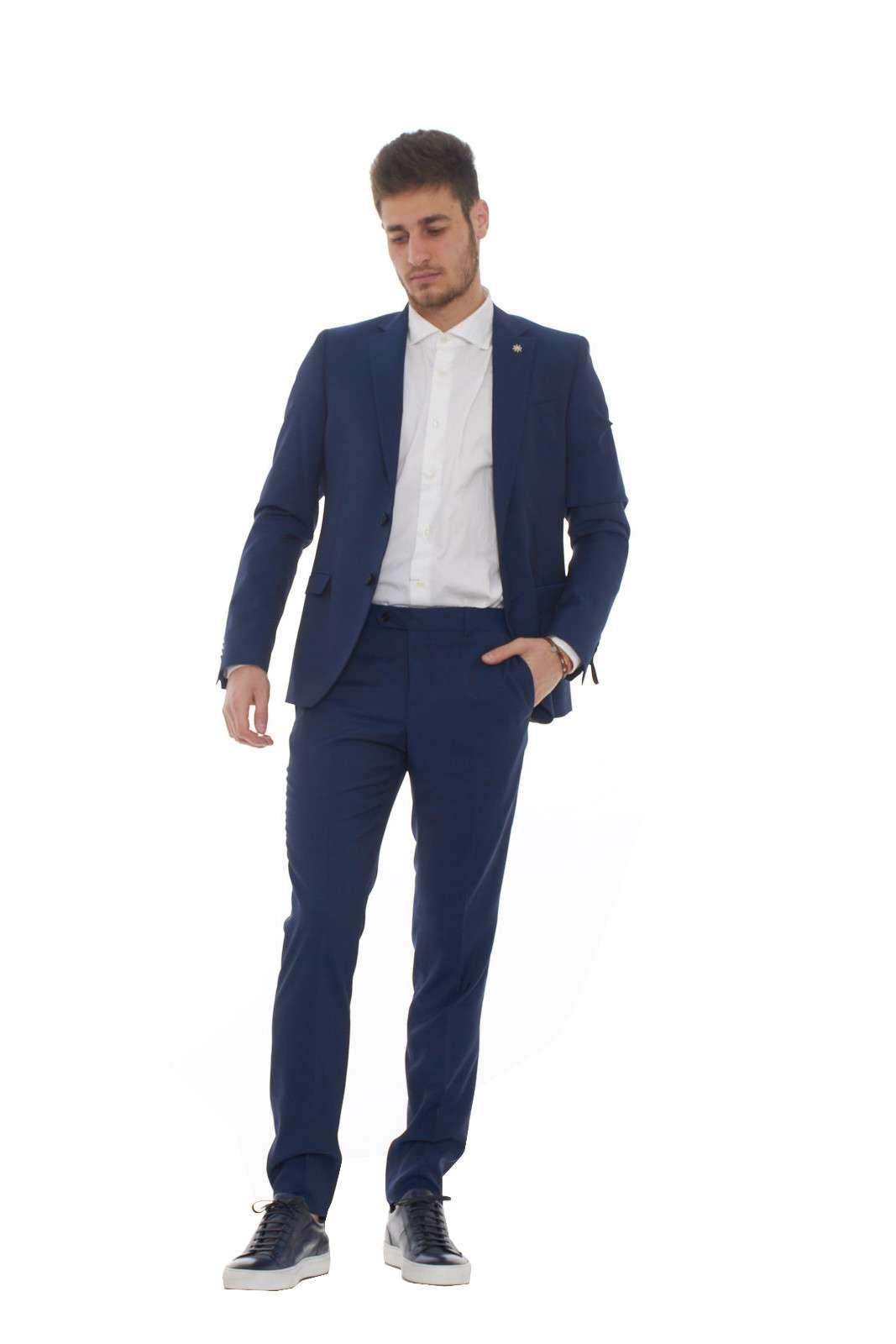 Un look elegante e moderno caratterizza questo abito, realizzato per cerimonie, feste,o serate di gala. Per l'uomo che ama curare il proprio outfit nelle occasioni speciali, e mettere in risalto il proprio gusto in fatto di abbigliamento. Come sempre Manuel Ritz è una garanzia di eleganza. Il modello è alto 1.80m e indossa la taglia 48.